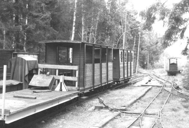 Vognene her skulle være efterbygninger af militære vogne fra første verdenskrig. De skulle stamme fra Gyttorp, men der var som nævt ingen at spørge. Lokomotivet i baggrunden er de rikke data på. Blixterboda 1988.
