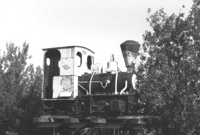 Göta III, O&K 2808/1908 hos Nejmans Exportaffär i Arboga 1988. Senere er lokomotivet pllet nedfra sin piedestal og tilhører nu industribanemuseet i Frövii, hvor det muligvis er køreklart?