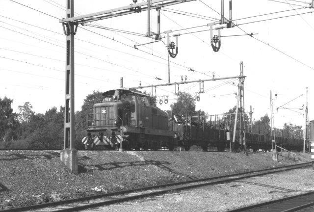 TGOJ V10 701 er en Henschel dieselmaskinen. Den rangerer på den store TGOJ-banegård i Eskilstuna 1988.