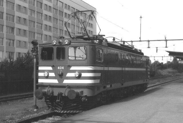 TGOJ Ma 404 på stationen i Eskilstuna. Til venstre ses tomme malmvogne. 1988.