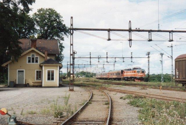 Mens vi var påi den lille idylliske station i Fiskebæk, passerede SJ Rc6 1389. Forinden var SJ Rc4 1272 også passeret. 1988.