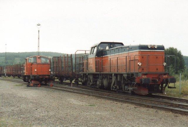 Hos Store Kvarnsveden holdes SJ T44 405 og udvekslede vogne med det lejere fabrikslokomotiv, SJ Z67 648. 1988.