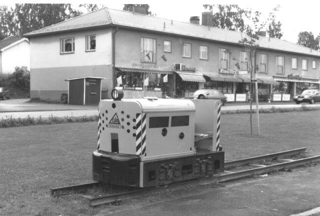 Allerede 1988 stod der et denkmallokomotiv i Grängesberg. Det var Jenbach 1322/1960. Type JW15. 750 mm. Det var mærket GIA, idet denn fabrik i Grængesberg var importør af Jenbac-lokomotiver. Dette stammede fra Stora Risbergfältet under Grängesbergkoncernen.
