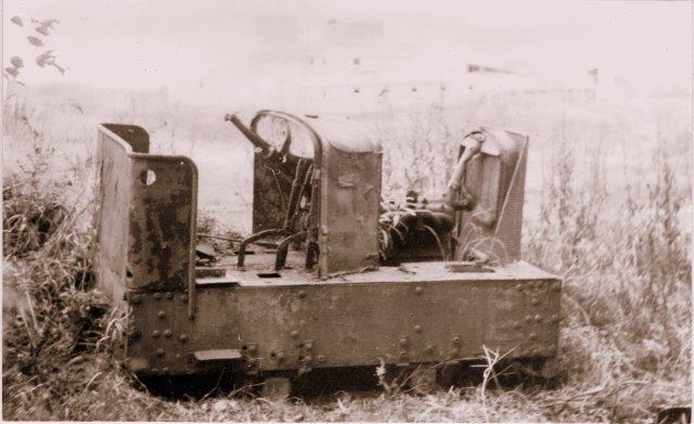 Lokomotivet, der endnu i 1971 henstod i et fjernt hjørne af en af gravene. Peter Andersen fotograferede. okomotivet er tydelig bygget af dele fra datidens biler. L. Nielsens Maskinfabrik i Hundested var mester for lokomotivet.