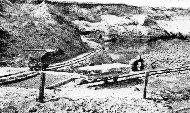 Foto af ukendt oprindelse, men fra før verdenskrigen. På to spor ses en tipvogne en en noget speciel faldvogn, hvis formål er ukendt.