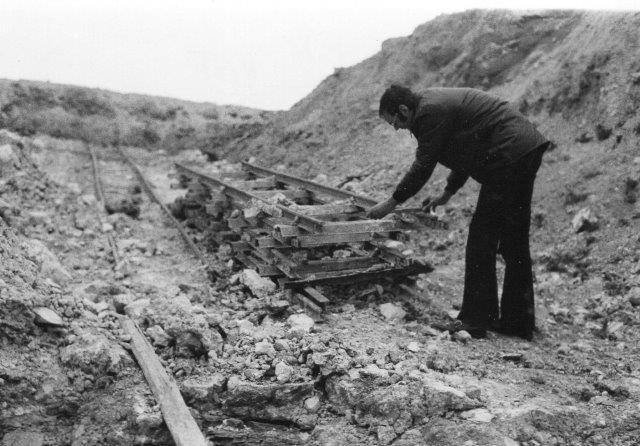 """Her måler jeg sporvidden 1974. På """"færdigsyet""""spor af sporrammer er sporvidden kontant 600 mm. Værre er det på de spor, hvor værket selv har slået skinner på sveller."""