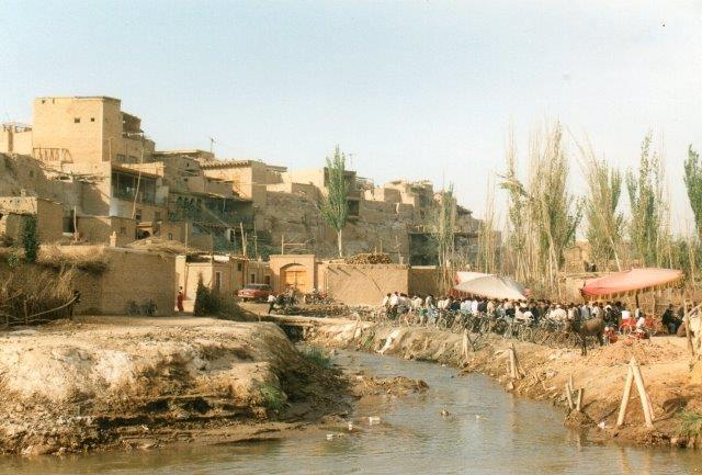 Hvis jeg har taget et foto af floden, har jeg ikke fået det fremkaldt. Flodernes vand kom fra gletschere på de over syv kilometer høje bjerge, Tien Shan, Pamir og Hinduskush, men dels fordampede vandet hurtigt i de 40 graders varme, og dels kunstvandedes det hurtigt op. Denne lille flodarm, der løber rundet om Kashgar er ikke den flod, jeg var opå vej over, men en lille biflod, som man kunne vade over uden problemer.