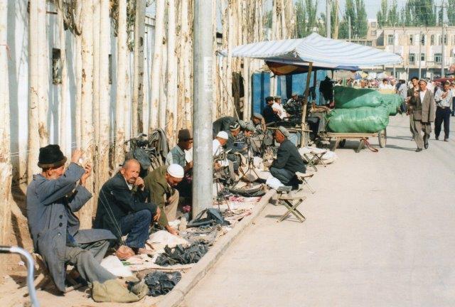 Skomagerne De lignede ikke uighurerne. De gik i støvler og havde andre hatte. Uighurerne gik med sixpence eller bedehat. Skomagerne her, mener jeg, er kasakher. De går i støvler, som de åbenbart selv syede. Både Uighurer, Kasakher og i øvrigt også kosakker er folk af den tyrkiske sprogstamme.