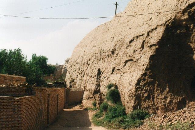 På byens modsatte side ud mod ørkenen var der bymur opført af soltørret ler. Megen historisk interesse var der ikke til stede her. Der blev ofte hakket i bymuren, så en skønne dag er den vel helt væk.