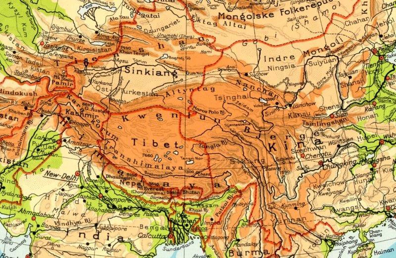 Kashgar markeret med en fed sort pil midt i billedet venstre halvdel. Beijing hedder her på dette gamle kort Peiping. Pakistan gar taaget noget af Indien i Kashmir, og kineserne har siden beskåret Indien og i øvrigt også gjort selvstyreområdet Tibet meget mindre Silkevejens Sydligste gren mellem Sian og Kashgar er tegnet ind.