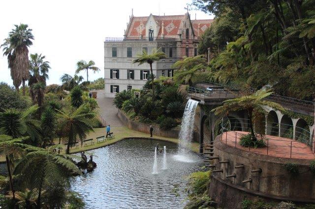 """Centralt i haven lå et lille """"slot"""" omgivet af damme, springvand og kunstige vandfald."""