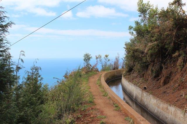 Billedet er nok lidt synsbedrag. Trådte man ved siden af, faldt man ikke i havet. Under horisonten ligger i øvrigt Funchal. Området her hedder i øvrigt Sao Joao Latrao.