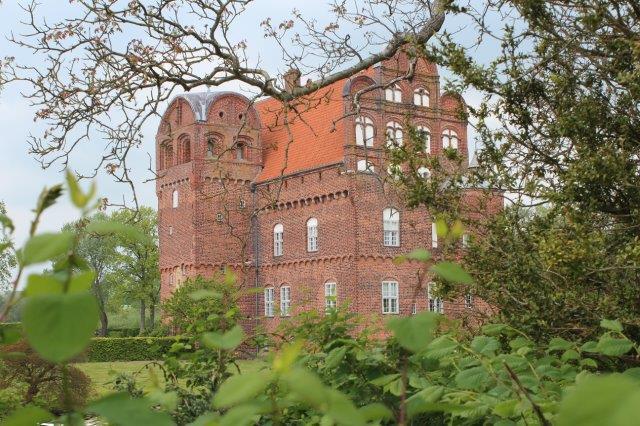 Den gotiske Hesselagergård på Sydøstfyn, der blev pyntet med renæssancegavle af en tidligere ejer, der ville være med på moden.