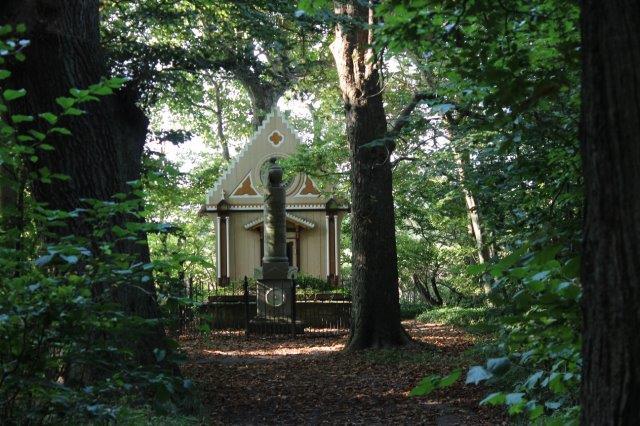 Hun ligger begravet herude, forinden havde hun bygget et lille kapel i nygotisk stil.