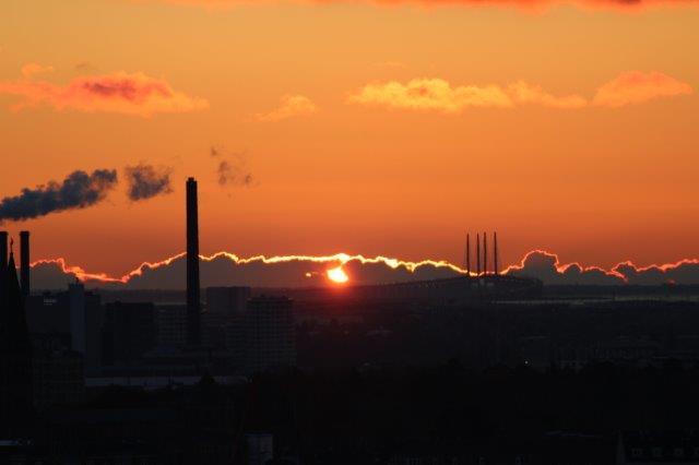 Et par sekunder senere brød solen igennem skyerne, og så var det slut med at fotografere. Forgrunden er allerede blevet helt mørkt. kanten af skyerne, der på billederne er hvid, var i virkeligheden første rød og så gylden, men elektronikken kan stadig ikke helt være med, selv om den dog er bedre en de gamle film,d er skulle fremkaldes.