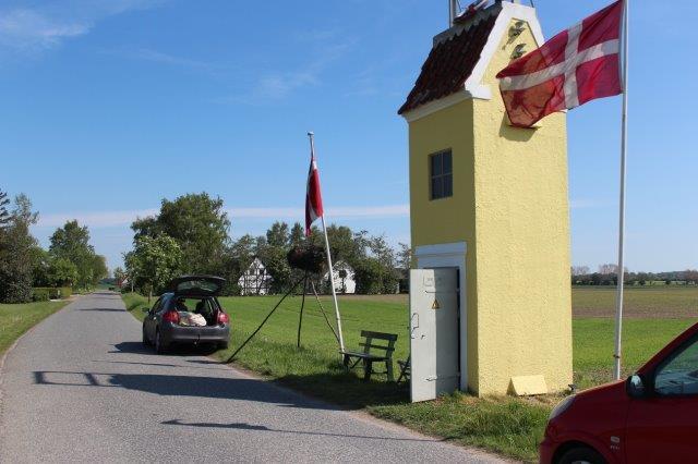 Sidses transpormatortårn nær den tidligere Brugs. I dagens anledning er der flag, men borgerforeningens bænk fik lov at blive stående sammen med en god snes andre bænke i området.