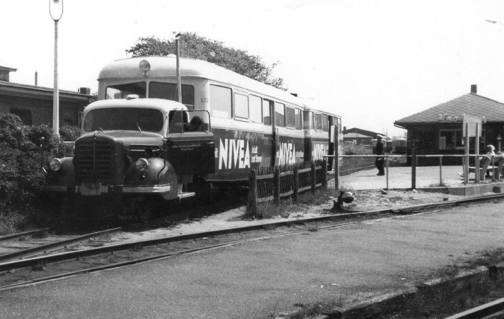 Inselbanegården ved DB-stationen,d er ses i baggrunden. Her ses en Borgwardskinnebus med en matchende personvogn efterhængt. 1967.