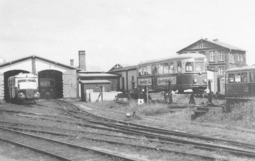 Nordbanegården i Westerland i 1968. I remisen holder et Borgward. Opklodset set noget sporvgnslignende, som lokalt sagdes var materiel fra den netop nedlagte Herforder Kleinbahn. Jeg så aldrig materiellet her i drift. Tanken var stadig efter sigende en ombygning til personvogne.