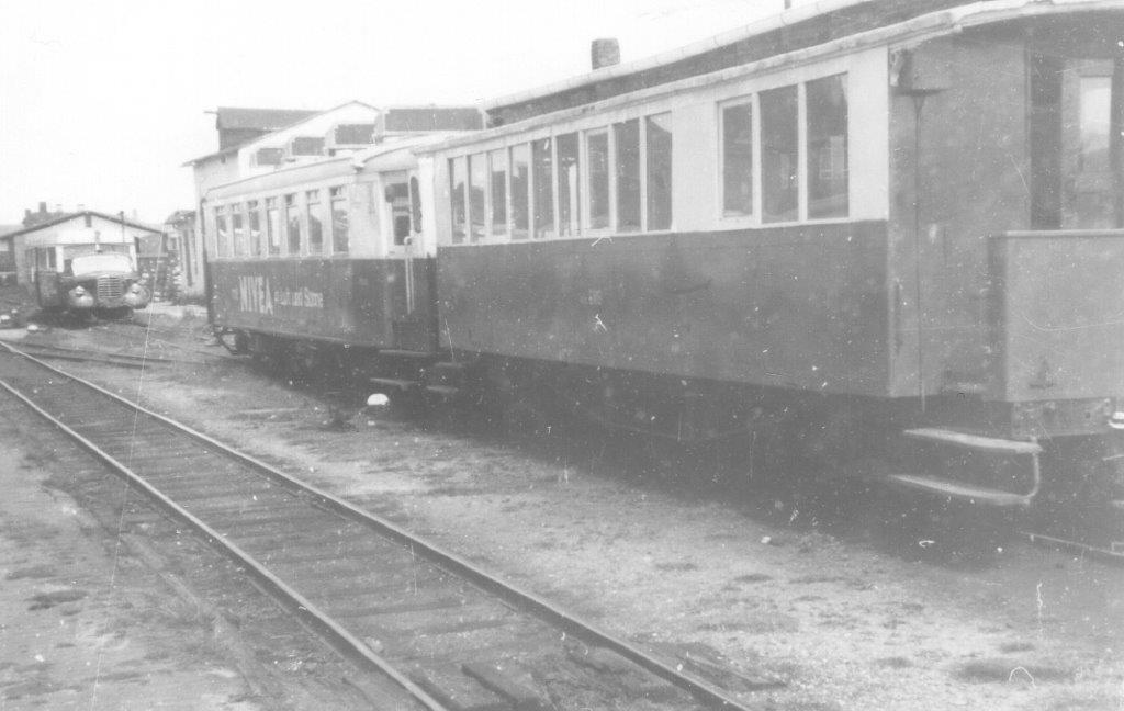 T 27 var af ældre udseende, og den er koblet sammen med en tilsvarende ældre personvogn.