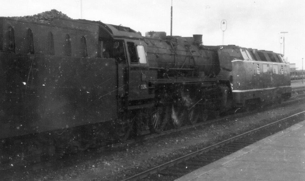 Mens mange danskere valfartede til til Niebüll for at se DB 03'ere framføre ekspresser mellem Hamburg og Westerland. Sjovt nok ulejligede jeg mig aldrig hen på DB-banegården. Kun en enkelt gang i 1967 tog jeg DB 03 284 sammen med en V 200. Begge lokomotiver kørte åbenbart?