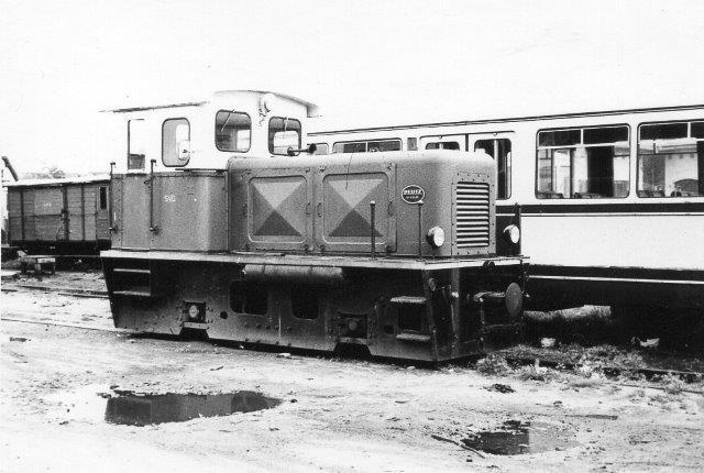Skannes igen i fuld størrelse og rettes op. Data?SVG L14 på Nordbanegården i 1969 fotograferet af P. Thostrup Christensen. Han er også ansvarlig for de to næste fotos. L14 er Deutz 554861953 på 115 hk. 1966 kom lokomotivet fra Herforder Kleinbahn og solgtes 1971 til Inselbahn Juist, hvor det kørte til 1982. Herfra kom lokomotivet til en bane i Schweiz og i 2010 til en fransk bane, hvor det dog i 2014 er hensat med motorskade. Skannes igen i fuld størrelse og rettes op.