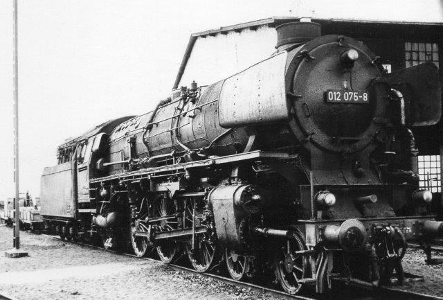 Mens jeg ikke ulejligede mig med damplokomotiver, besøgte min ven Thostrup Christensen depotet i Westerland i 1969 og tog en række damplokomotiver. Her ses DB 012 075-8. Den er med o12 betegnelsen olierfyret.