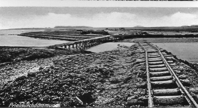 Også her er der påtrykt tekst, så billedet ser ud til at være et postkort? En pril er et rende i Vadehavets bund, hvor tidevandet løber ind og ud fra vaderne ved højvande og lavvande. Priler kunne være svære at lukke, og det skulle ske ved lavvande. Jævnfør lukningsbeskrivelsen under Hindenburgdæmningen.