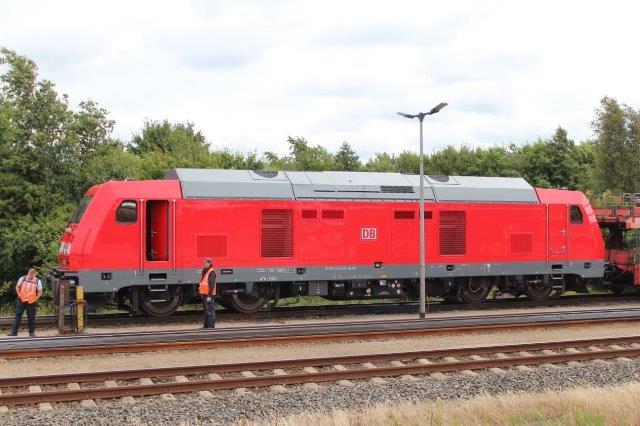 I stedet for GMs G 66 valgte DB et Traxx fra Bombardier. Her ses en dag i 2016 i Niebüll DB 92 80 1245 021-1 D-DB.