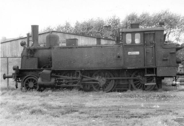 Mens metersporlokomotiverne forlængst er udrangeret, var et af normalsporlokomotiver anskaffet til omsporingen endnu i behold, da jeg så banen første gang. Fra Deutsche Reichsbahn anskaffedes tre preusiske T 9² til driften. Her ses i Niebüll i 1961 KND 1, Hohenzollern 1125/1899, der var 1Cn2t. Den købtes i 1926 og ophuggedes 1963 efter at have været hensat i et års tid. Hos DR havde den 91 008. Min far kom først og tog billedet i 1961.