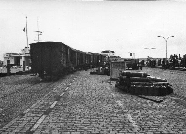 Ved Dagebüll Mole ligger en af færgerne til Amrum og Föhr. adskillige gosvogne står ved færgerne for at blive omlæsset til trækvogne, som trækkes om bord på færgen. Foto fra 1972.