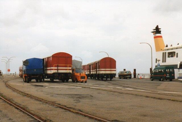 I 1988 kørtes stadig stykgodsvogne til Dagebüll Mole til omlæsning til færgen, Rungholt af Wyk på Föhr. Den fører den slevigholstenske oprørsfane som skorstenbånd.