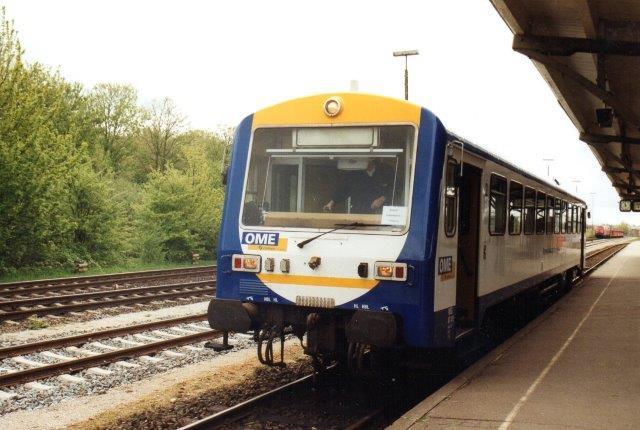 Da NOB ikke havde materiel nok, og det indsatte jævnligt blev påkørte af billister, der ikke troede, at det røde overkørselslys skulle tages alvorligt, mptte NOB leje materiel til togene Niebüll - Tønder. her er det Ost Mecklenburgische Eisenbahn, (Connex) motorvogn, som tilmed er lejet hos Würtembergische Eisenbahngesellschaft mbH, WEG. Niebüll 2004.