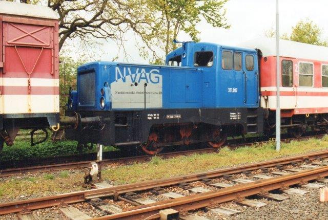 Da man i øst solgte ud, forsynede NEG sig også. Denne LKM 262 412/1974 af typen V22 fra Umformtechnik Erfurt 4, holder her på lokalbangården i Niebüll mærket NVAG 311007. Forinden havde den været en tur over jernbanemuseet i Hermeskeil 1999 og 2000 i Hochwaldbahn inden den 2002 kom til Niebüll. Foto 2004.