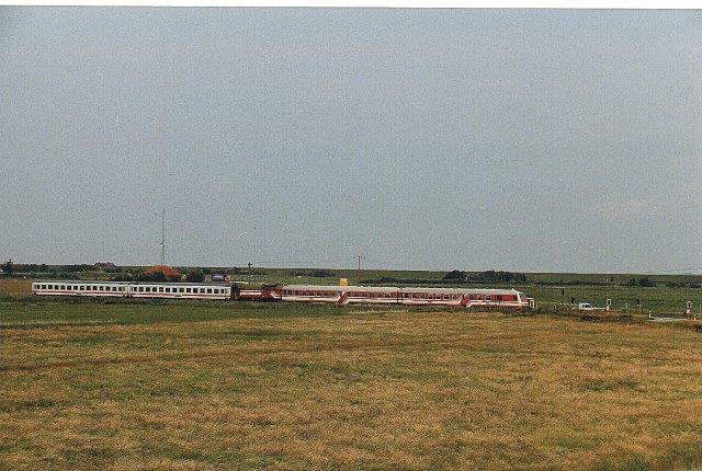 Togene Niebüll - Dagebüll så en dag i 2004 i nærheden af Dagebüll således ud: Fra venstre en styrevogn samt en personvogn. Dernæst DL2 alle tre fra Lokalbanen. de to sidste vogne er to af DBs gennemgående vogne.