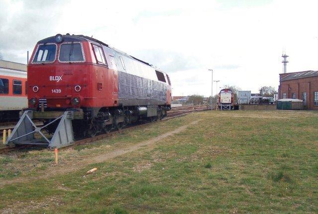 I 2010 holdt BLDX Mz 1439 på lokalbanegården i Niebüll. Den havde været på værksted i Niebüll hos CFL. Det det kneb med betalingen, udleverede værkstedet ikke lokomotivet, så det stod en rum tid.