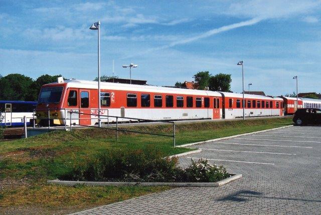 Hessen Bahn, Kønigstein VT 71A +B med tog til Dagebüll Mole. I toget ses endvidere en generatorvogn og to gennemgående personvogne. 2009.
