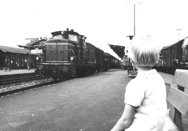 Jeg forsøgte tidligt at gøre min søn interesseret, men det lykkedes ikke rigtigt. Her betragter han en DB V 260, der rangerer i Niebüll 1972.