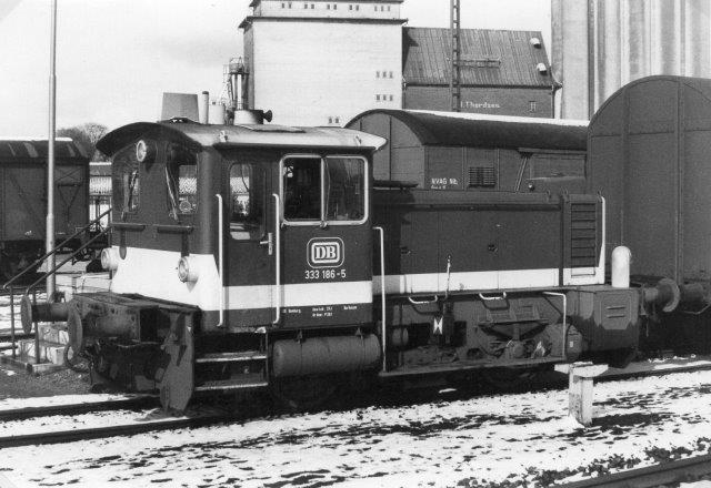 Som om en V 60 og en V 100 ikke var nok, var der i Niebüll i 1983 også en Köf nemlig DB 333 186-5. I billedteksten har jeg noteret, at der i Westerland var en V 60 (260) og Köf (323) og desuden en ældre O&K Köf. (Formentlig en Köf II?) Jeg noterede også, at jeg ikke fotograferede.