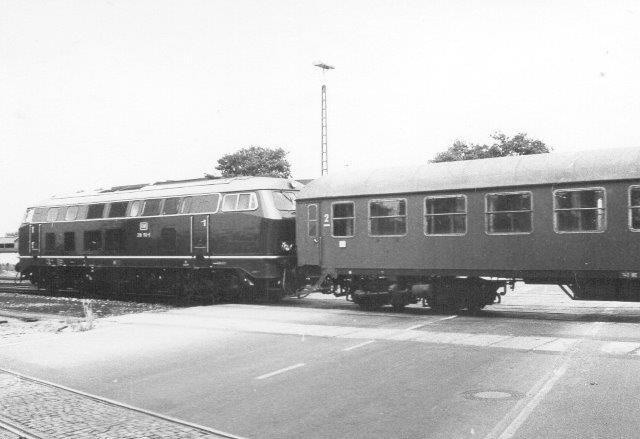DB 215 på vej mod Westerland ved bomanlægget i Niebüll 1972.