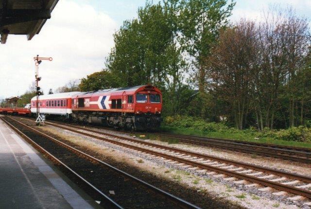 I 2005 prøvede DB at finde en afløser til 218. Man havde kik på G66, og derfor lejede man Hafen- und Güterverkehr Köln, HGK DE 61, der her ses med et biltog med en personvogne forrest.