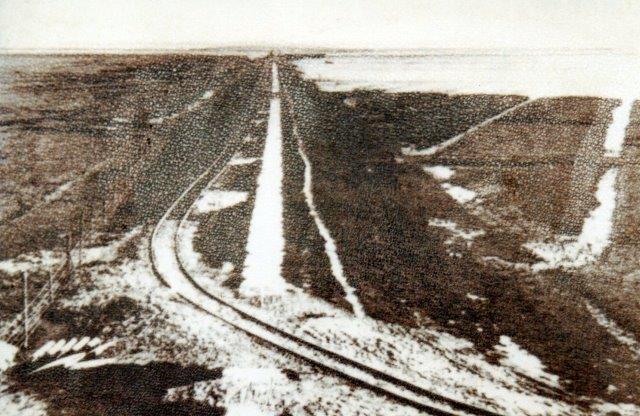 Dæmningen efter udbygning og anlæg af kogen, men inden vejdæmningen blev anlagt, alts¨mellem 19 og 19 kørte den Deutz på dømningen. Postkort med angivet tidspunkt 1927.