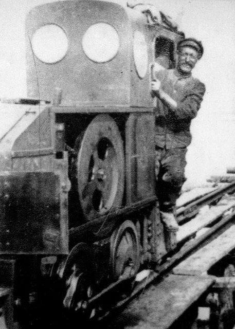 På banen, der formentlig var 600 mm, kørte den Deutz i 1927. Postkort.