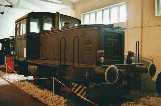 I Prora var lokomotivet i 2001 stadig i hæren normalfarve. Jeg noterede, at det var i drift i Enge-Sande 1962 - 91, Typen var Deutz KS23B, og motoren en Deutz A12L 714A på 147 hk.