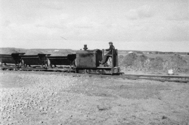 Vej et vejanlæg ved Hørnum på Sild 1937 - 38 benyttede entreprenør Husen, Flensborg Deutz 17098/1936. Lokomotivet stod i hvert fald indtil entreprenørens søn død for nylig i Bilskov syd for Flensborg.