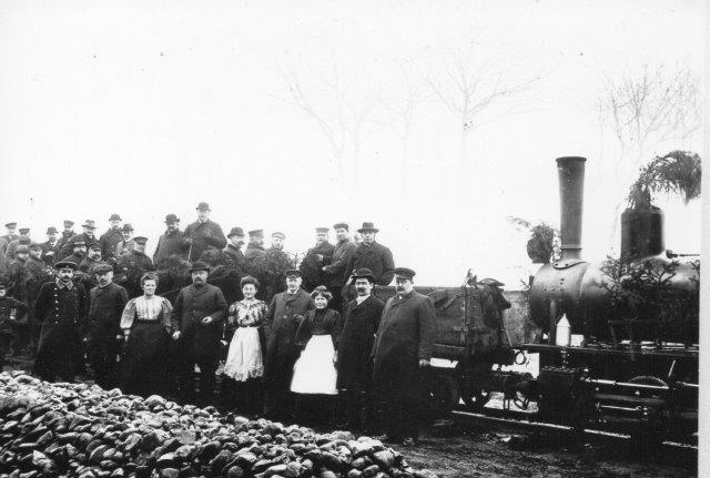 Et foto far entreprenør Husens familiealbum mærket Ved Solhom Bro 1910. Her er nok tale om en indvielse, da lokomotivet, en O&K i 600 mm er pyntet og alt hvad der kunne krybe og gå er mødt frem fra nær og fjern i deres stiveste pus. Normalt lejede Husen lokomotiver til sine arbejder. Som regel af O&Ks lokomotiver bygget til lager. Der er derfor ikke data på maskinen.